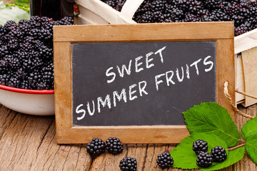 Tafel mit Text: Sweet Summer Fruits vor Brombeeren