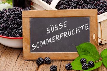 Tafel mit Text: Süsse Sommerfrüchte vor Brombeeren