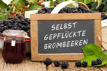 Tafel mit Text: Selbst gepflückte Brombeeren