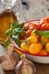 Erntefrische Tomaten, Basilikum und Olivenöl