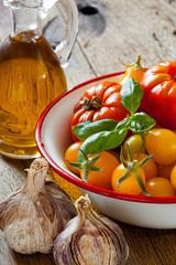 Gartentomaten, Basilikum, Knoblauch und Olivenöl