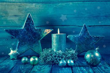 Vintage Weihnachtskarte in blau grün auf Holz Hintergrund