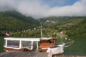Motorschiff am Fluss Drina