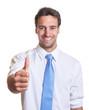 Geschäftsmann mit blauer Krawatte zeigt den Daumen