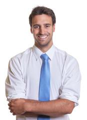 Geschäftsmann mit blauer Krawatte und verschränkten Armen