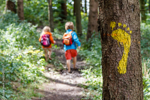 Leinwanddruck Bild Barfuß auf dem Waldweg