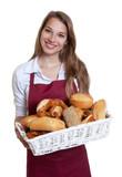 Sympathische Bäckereiverkäuferin mit blonden Haaren