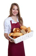 Blonde Bäckereiverkäuferin lacht in die Kamera