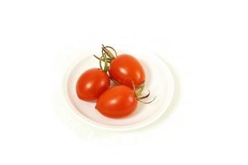 白背景小皿に載ったミディトマト
