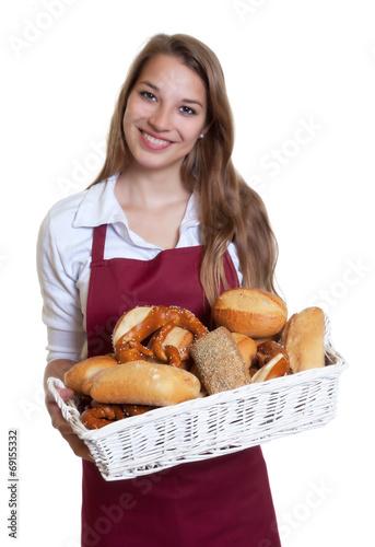 Sympathische Bäckereiverkäuferin mit blonden Haaren - 69155332