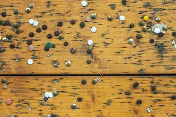 viele Reißzwecken Infotafel © Matthias Buehner