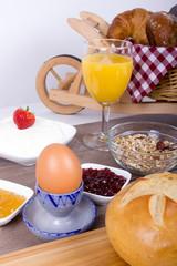 Gesundes Frühstück mit Brötchen,Quark und Müsli