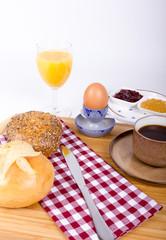 Köstliches Frühstück mit Brötchen, O Saft, Ei und Marmeladen