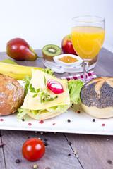 Belegtes Brötchen mit Orangensaft und Obst