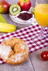 Obst, Saft und Brot zum Frühstück