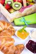 Croissant und Obst zum Frühstück