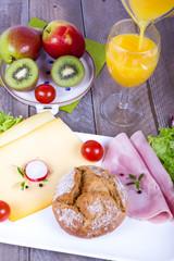 Frühstück mit Obst, Saft, Gebäck und Aufschnitt