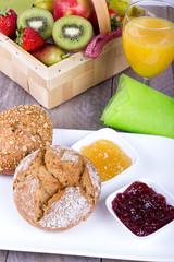 Gesundes Frühstück mit Brötchen und Obst