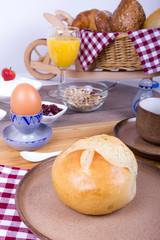 Brötchen mit Ei zum Frühstück