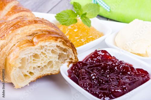 canvas print picture Croissant zum Frühstück mit Marmelade und Butter