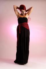 Frau im Kleid verzopft ihre roten Haare