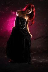 Frau in rot und schwarz