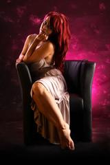 Flirtende Frau mit roten Haaren