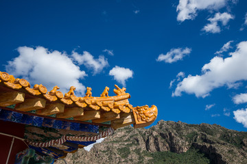 Chinese style dragon statue Eaves with blue sky