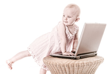 kleinkind mit laptop