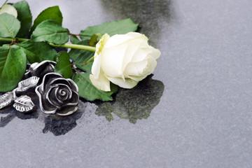 Weisse Rose und Rose aus Bronze auf Grabplatte