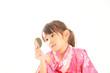手鏡を見ている浴衣の女の子