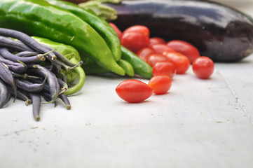 légumes frais sur bois blanc