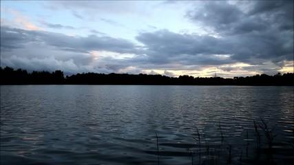 Aufziehendes Unwetter im Sonnenuntergang Zeitraffer