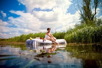 Красивая девушка отдыхает на озере