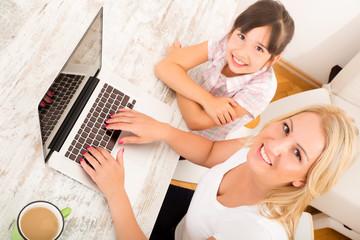 Mutter und Tochter am Laptop