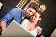 Junges Paar mit Laptop im asiatischen Hotel