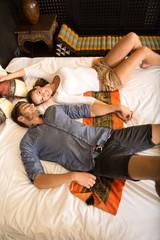 Glückliches Pärchen im Hotelbett