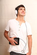 Junger erwachsener mit Kopfhörer und Tablet PC