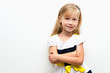 Портрет маленькой красивой девочки на светлом фоне