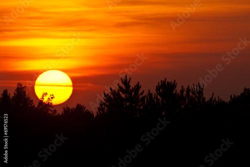 Fotobehang Zonsondergang Sun Setting in a Smoky Western Sky