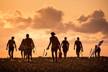 Surfer sur la plage au soleil couchant