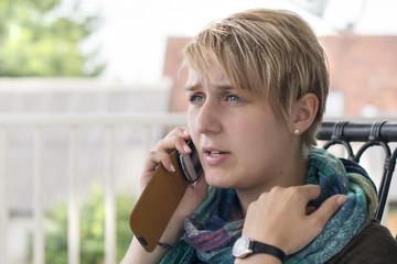 Frau mit Mobiltelefon