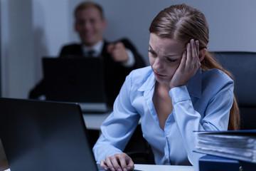 Man deriding female co-worker