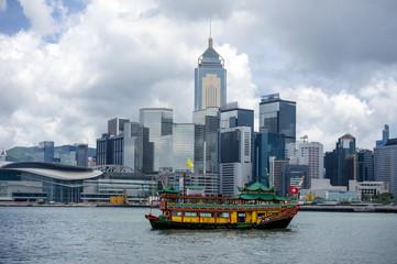 香港島のビル群と観光船