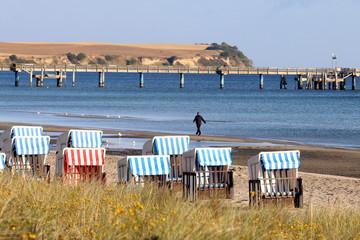mann läuft, Strand, Ostsee Seebrücke, Strandkorb