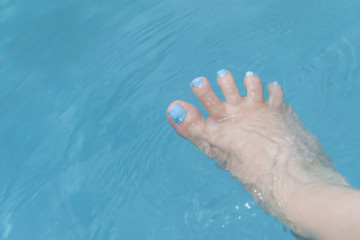 Holiday – Funny foot in the water, fan-shaped toes