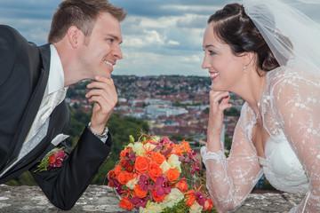 Glückliches Brautpaar lacht sich an vor Glück