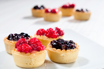 Tart with raspberries and blueberries