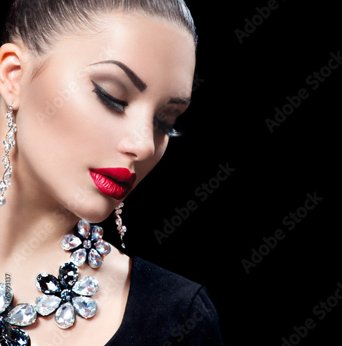 Beauty woman with perfect makeup and luxurys accessories