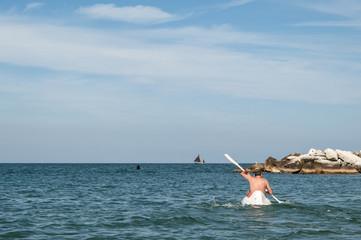 uomo in canoa